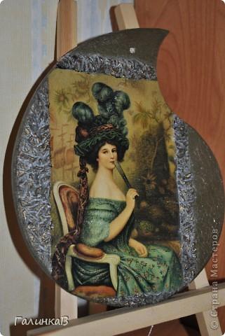 Вот такая досочка у меня получилась! Доска имеет форму палитры художника и поэтому я решила, что сюда подойдет именно эта дама, как будто позирующая художнику 18 века. фото 2