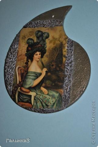 Вот такая досочка у меня получилась! Доска имеет форму палитры художника и поэтому я решила, что сюда подойдет именно эта дама, как будто позирующая художнику 18 века. фото 10