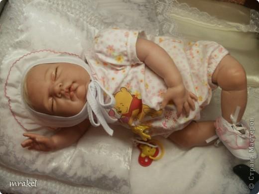 Первая изготовленная мной кукла-реборн. Дебют.  Кукла расписана специальными красками гинезис, закреплена маттварнишем, реснички и волосы прошиты нежным махером, утяжелена кукла стекло и пластикогранулятом, набита синтепоном. Родилась малышка 23 февраля, рост 50см., вес около 3 кг. Должен был быть мальчик, а получилась девочка, я назвала её Соней. Познакомьтесь! фото 16