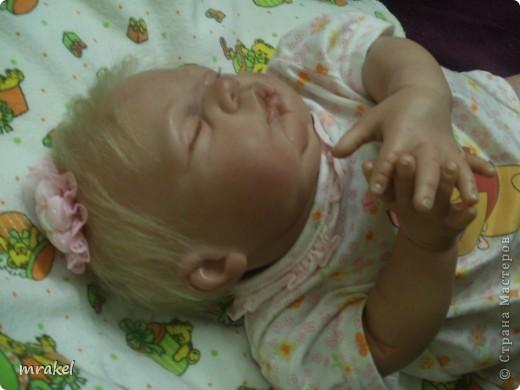 Первая изготовленная мной кукла-реборн. Дебют.  Кукла расписана специальными красками гинезис, закреплена маттварнишем, реснички и волосы прошиты нежным махером, утяжелена кукла стекло и пластикогранулятом, набита синтепоном. Родилась малышка 23 февраля, рост 50см., вес около 3 кг. Должен был быть мальчик, а получилась девочка, я назвала её Соней. Познакомьтесь! фото 15