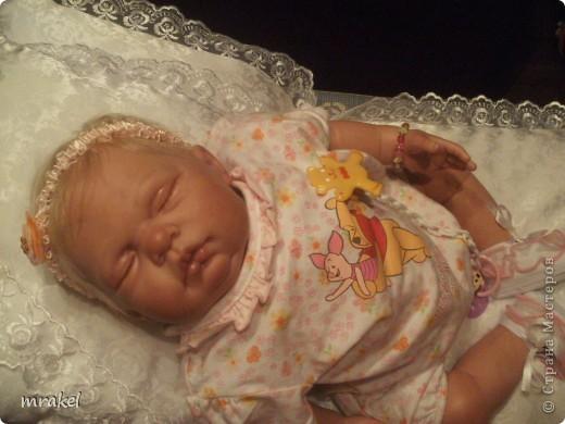 Первая изготовленная мной кукла-реборн. Дебют.  Кукла расписана специальными красками гинезис, закреплена маттварнишем, реснички и волосы прошиты нежным махером, утяжелена кукла стекло и пластикогранулятом, набита синтепоном. Родилась малышка 23 февраля, рост 50см., вес около 3 кг. Должен был быть мальчик, а получилась девочка, я назвала её Соней. Познакомьтесь! фото 12