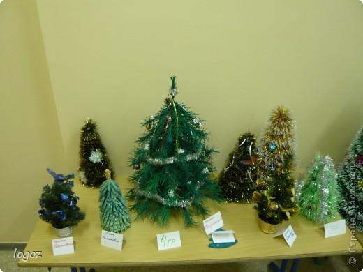 В канун Нового года в детском саду проводился конкурс ёлочек. Это ёлочки нашей группы с моей ёлкой в центре. фото 1