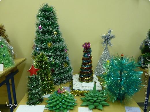 В канун Нового года в детском саду проводился конкурс ёлочек. Это ёлочки нашей группы с моей ёлкой в центре. фото 3