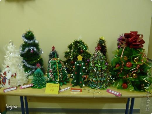 В канун Нового года в детском саду проводился конкурс ёлочек. Это ёлочки нашей группы с моей ёлкой в центре. фото 4