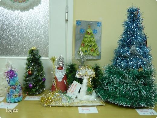 В канун Нового года в детском саду проводился конкурс ёлочек. Это ёлочки нашей группы с моей ёлкой в центре. фото 6
