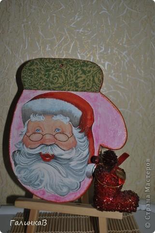 Праздники закончились, подарки подарены, но фотки выкладываю только сейчас! Вот такие досочки я приобрела на Вернисаже! Атрибуты Деда Мороза - варежка как нельзя лучше подходит для самого Дедушки. фото 1