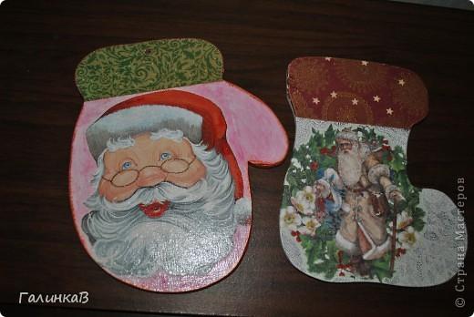 Праздники закончились, подарки подарены, но фотки выкладываю только сейчас! Вот такие досочки я приобрела на Вернисаже! Атрибуты Деда Мороза - варежка как нельзя лучше подходит для самого Дедушки. фото 5