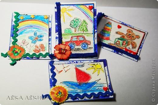 """Серия АТС """"Детские рисунки"""" С чем у Вас ассоциируется детство? Я долго думала ....все дети рисуют!Поэтому чище и радостнее детского рисунка нет ничего! За основу карточек взяты рисунки моего 5-ти летнего сынишки акварельными карандашами. Все карточки НЕ ДЛЯ ОБМЕНА, а в подарок и уже имеют хозяек, поэтому выставляю просто показать.  Фон сделан тоже детскими ручками гуашью в техники монотипия (МК есть в блоге). Ну и, конечно, я все это слегка """"оттюнинговала"""" объемными контурами металлик, тесемками. цветочком их карандашной стружки и разноцветными шариками. Все покрыто лаком. фото 2"""