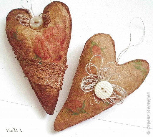 Решила отдохнуть от открыток и немного пошить, тем более приближается чудесный праздник Весны. Придумались вот такие разноцветные сердечки из фетра, в качестве основы - желтая хозяйственная салфетка. Идеи поделок из фетра можно посмотреть здесь http://magic-work.ru/publ/types_creativity/crafts_from_felt/29 и здесь http://www.liveinternet.ru/users/byxtelka/post142213218/ фото 2
