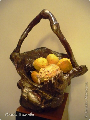 Осенью нашла шикарную корягу -огромная,  фактурная,  необычной формы.Решила сделать напольную  вазу в подарок хорошим знакомым .Долго я её доводила до ума, пока она не стала похожа на вазон.Но глядя на вазу, невольно напрашивалась ручка. И так ваза стала корзиной.Как всегда подарила её, не успев увековечать.В корзинку положила декоративные тыквочки, для композиции. Фото прислали новые обладатели лесного трофея. Корзина очень большая-40 см. в   диаметре и 50 в высоту. Надеюсь моя напольная корзина станет украшение интерьера друзей. фото 3