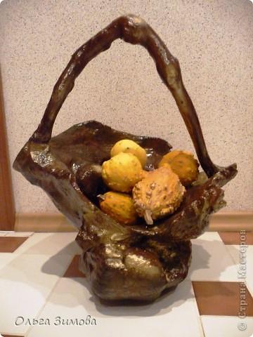 Осенью нашла шикарную корягу -огромная,  фактурная,  необычной формы.Решила сделать напольную  вазу в подарок хорошим знакомым .Долго я её доводила до ума, пока она не стала похожа на вазон.Но глядя на вазу, невольно напрашивалась ручка. И так ваза стала корзиной.Как всегда подарила её, не успев увековечать.В корзинку положила декоративные тыквочки, для композиции. Фото прислали новые обладатели лесного трофея. Корзина очень большая-40 см. в   диаметре и 50 в высоту. Надеюсь моя напольная корзина станет украшение интерьера друзей. фото 2