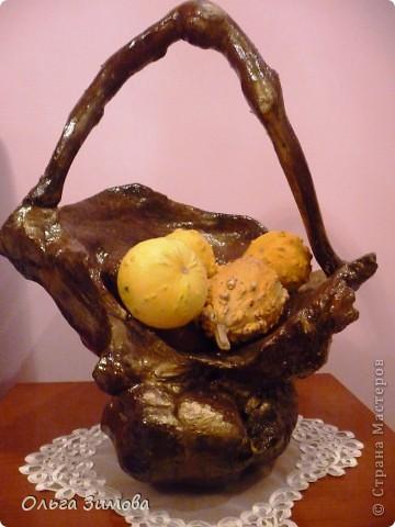 Осенью нашла шикарную корягу -огромная,  фактурная,  необычной формы.Решила сделать напольную  вазу в подарок хорошим знакомым .Долго я её доводила до ума, пока она не стала похожа на вазон.Но глядя на вазу, невольно напрашивалась ручка. И так ваза стала корзиной.Как всегда подарила её, не успев увековечать.В корзинку положила декоративные тыквочки, для композиции. Фото прислали новые обладатели лесного трофея. Корзина очень большая-40 см. в   диаметре и 50 в высоту. Надеюсь моя напольная корзина станет украшение интерьера друзей. фото 1