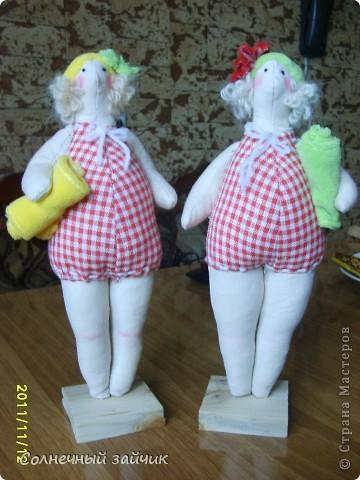Тетки для тетки. Есть у меня тетя, зовут ее Эльвира, младший зовет ее Эливой.  Давно она просила сделать ей куколку, все равно какую, главное КУКЛУ. Сидела я сидела, и наткнулась на этих пляжниц.  И знаете, эти куклы похожи на тетку и ее подругу. Жалко нет фоток вместе.