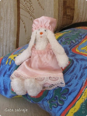 По выкройке тильдозайки сшила своей малявочке мяконькую игрушку - мы ее и днем спать укладываем, и на ночь с собой берем. фото 3