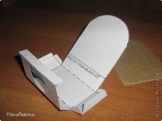 """Приветствую гостей своего блога! Добралась сегодня до компьютера и """"раздаю долги"""", обещанные мастер-классы. В этом блоге я покажу как можно сделать ванную комнату для маленьких куколок- 7-10 см. Такую комнату я уже показывала в своём <a href=""""http://stranamasterov.ru/node/176652"""">пупсиковом домике</a> , только немного попроще, но и эта тоже очень простая в изготовлении! Используется бросовый материал и, если не считать сушку солёного теста, делается буквально часа за полтора. Но и тесто, при желании можно заменить на пластилин, в принципе, мебелью этой играют не часто, больше для красоты она стоит (по крайней мере, у моих детей) фото 28"""