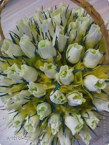 Корзинка с бело-зелеными розами в каждой из них конфетка всего в этом букете 81 штучка. фото 3