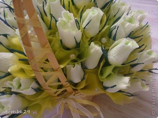 Корзинка с бело-зелеными розами в каждой из них конфетка всего в этом букете 81 штучка. фото 2