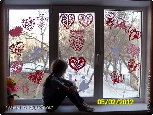 Вот и мы подготовились праздновать День всех влюбленных!!! Мастерили с дочкой открытки, украшали окна.... Результатом довольны!  фото 30