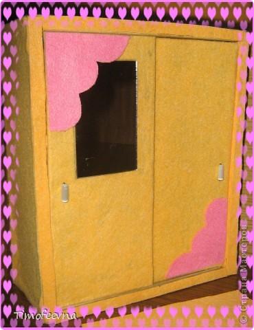 """И снова здравствуйте, дорогие гости! Рада вас всех видеть! Я продолжаю мастерить мебель для кукол Барби дочки в её новый домик. И на днях я ей сделала новый шкаф. Старый совсем истрепался, да и вещи в него уже не влазят :) Этот получился гораздо больше в размере и в целях экономии пространства комнаты Барби я сделала в нём """"скользящие"""" двери. фото 1"""