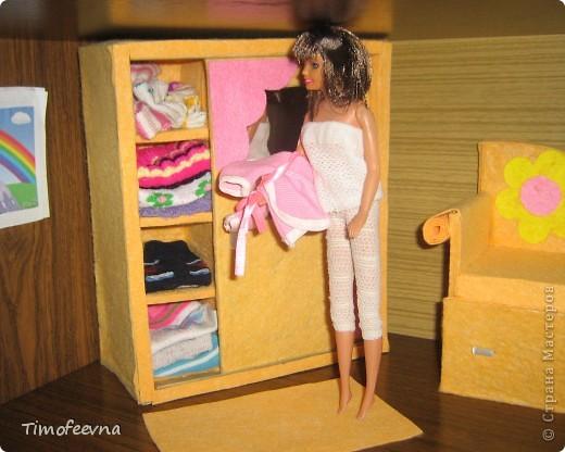 """И снова здравствуйте, дорогие гости! Рада вас всех видеть! Я продолжаю мастерить мебель для кукол Барби дочки в её новый домик. И на днях я ей сделала новый шкаф. Старый совсем истрепался, да и вещи в него уже не влазят :) Этот получился гораздо больше в размере и в целях экономии пространства комнаты Барби я сделала в нём """"скользящие"""" двери. фото 2"""