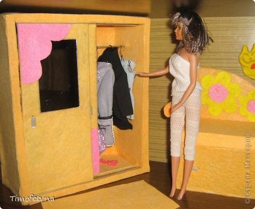"""И снова здравствуйте, дорогие гости! Рада вас всех видеть! Я продолжаю мастерить мебель для кукол Барби дочки в её новый домик. И на днях я ей сделала новый шкаф. Старый совсем истрепался, да и вещи в него уже не влазят :) Этот получился гораздо больше в размере и в целях экономии пространства комнаты Барби я сделала в нём """"скользящие"""" двери. фото 4"""
