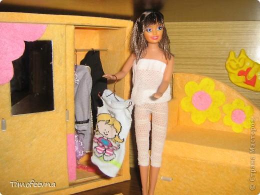 """И снова здравствуйте, дорогие гости! Рада вас всех видеть! Я продолжаю мастерить мебель для кукол Барби дочки в её новый домик. И на днях я ей сделала новый шкаф. Старый совсем истрепался, да и вещи в него уже не влазят :) Этот получился гораздо больше в размере и в целях экономии пространства комнаты Барби я сделала в нём """"скользящие"""" двери. фото 5"""
