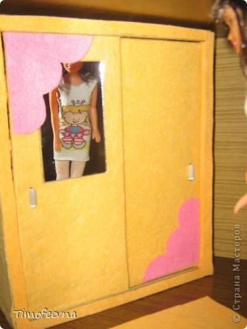 """И снова здравствуйте, дорогие гости! Рада вас всех видеть! Я продолжаю мастерить мебель для кукол Барби дочки в её новый домик. И на днях я ей сделала новый шкаф. Старый совсем истрепался, да и вещи в него уже не влазят :) Этот получился гораздо больше в размере и в целях экономии пространства комнаты Барби я сделала в нём """"скользящие"""" двери. фото 6"""