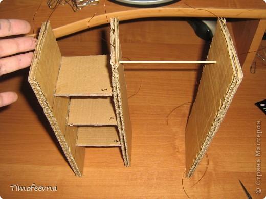 """И снова здравствуйте, дорогие гости! Рада вас всех видеть! Я продолжаю мастерить мебель для кукол Барби дочки в её новый домик. И на днях я ей сделала новый шкаф. Старый совсем истрепался, да и вещи в него уже не влазят :) Этот получился гораздо больше в размере и в целях экономии пространства комнаты Барби я сделала в нём """"скользящие"""" двери. фото 26"""
