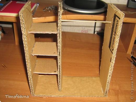 """И снова здравствуйте, дорогие гости! Рада вас всех видеть! Я продолжаю мастерить мебель для кукол Барби дочки в её новый домик. И на днях я ей сделала новый шкаф. Старый совсем истрепался, да и вещи в него уже не влазят :) Этот получился гораздо больше в размере и в целях экономии пространства комнаты Барби я сделала в нём """"скользящие"""" двери. фото 28"""