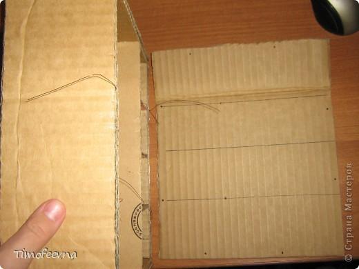 """И снова здравствуйте, дорогие гости! Рада вас всех видеть! Я продолжаю мастерить мебель для кукол Барби дочки в её новый домик. И на днях я ей сделала новый шкаф. Старый совсем истрепался, да и вещи в него уже не влазят :) Этот получился гораздо больше в размере и в целях экономии пространства комнаты Барби я сделала в нём """"скользящие"""" двери. фото 31"""