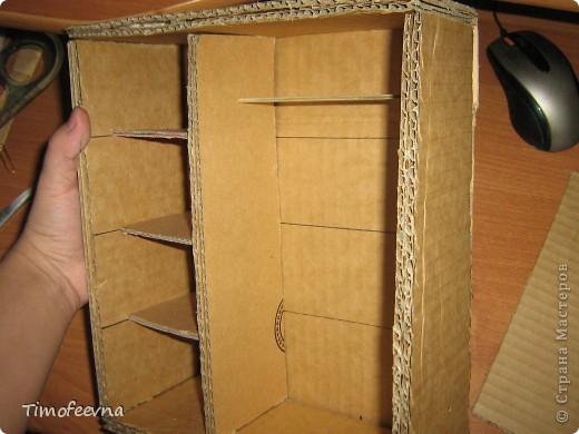 """И снова здравствуйте, дорогие гости! Рада вас всех видеть! Я продолжаю мастерить мебель для кукол Барби дочки в её новый домик. И на днях я ей сделала новый шкаф. Старый совсем истрепался, да и вещи в него уже не влазят :) Этот получился гораздо больше в размере и в целях экономии пространства комнаты Барби я сделала в нём """"скользящие"""" двери. фото 32"""