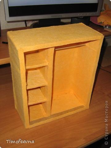 """И снова здравствуйте, дорогие гости! Рада вас всех видеть! Я продолжаю мастерить мебель для кукол Барби дочки в её новый домик. И на днях я ей сделала новый шкаф. Старый совсем истрепался, да и вещи в него уже не влазят :) Этот получился гораздо больше в размере и в целях экономии пространства комнаты Барби я сделала в нём """"скользящие"""" двери. фото 40"""