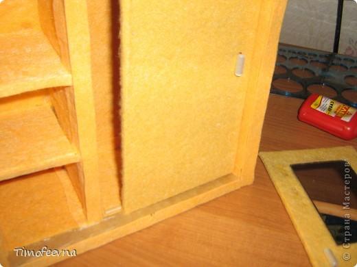 """И снова здравствуйте, дорогие гости! Рада вас всех видеть! Я продолжаю мастерить мебель для кукол Барби дочки в её новый домик. И на днях я ей сделала новый шкаф. Старый совсем истрепался, да и вещи в него уже не влазят :) Этот получился гораздо больше в размере и в целях экономии пространства комнаты Барби я сделала в нём """"скользящие"""" двери. фото 46"""