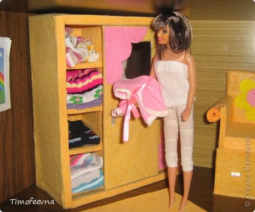 """И снова здравствуйте, дорогие гости! Рада вас всех видеть! Я продолжаю мастерить мебель для кукол Барби дочки в её новый домик. И на днях я ей сделала новый шкаф. Старый совсем истрепался, да и вещи в него уже не влазят :) Этот получился гораздо больше в размере и в целях экономии пространства комнаты Барби я сделала в нём """"скользящие"""" двери. фото 52"""
