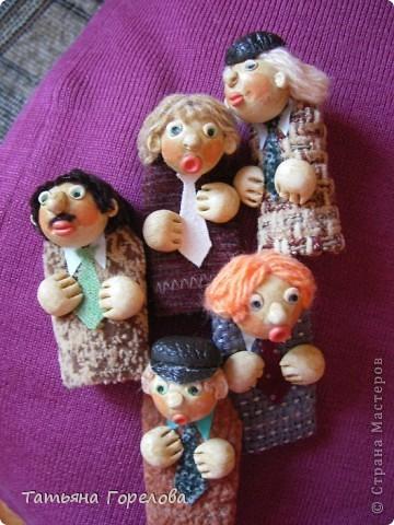 Куклы -пальчики из соленого теста я увидела в книге Галины Чаяновой в 1206 году. Моя фантазия разыгралась.Стала создавать образы, стараясь делать их похожими на конкретных людей. Из 350-400 изготовленных мною кукол ни одна не была похожа на другую. Хотя признаю, что они все болванчики. Познакомьтесь - это мальчики, юноши, молодые дяди. фото 1