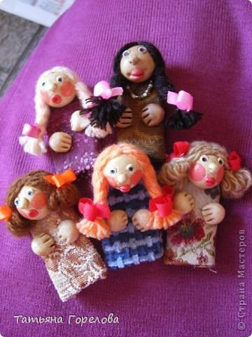 Куклы -пальчики из соленого теста я увидела в книге Галины Чаяновой в 1206 году. Моя фантазия разыгралась.Стала создавать образы, стараясь делать их похожими на конкретных людей. Из 350-400 изготовленных мною кукол ни одна не была похожа на другую. Хотя признаю, что они все болванчики. Познакомьтесь - это мальчики, юноши, молодые дяди. фото 2