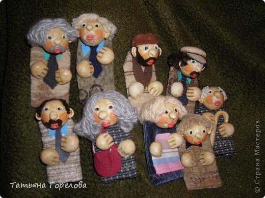 Куклы -пальчики из соленого теста я увидела в книге Галины Чаяновой в 1206 году. Моя фантазия разыгралась.Стала создавать образы, стараясь делать их похожими на конкретных людей. Из 350-400 изготовленных мною кукол ни одна не была похожа на другую. Хотя признаю, что они все болванчики. Познакомьтесь - это мальчики, юноши, молодые дяди. фото 3
