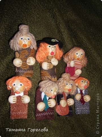 Куклы -пальчики из соленого теста я увидела в книге Галины Чаяновой в 1206 году. Моя фантазия разыгралась.Стала создавать образы, стараясь делать их похожими на конкретных людей. Из 350-400 изготовленных мною кукол ни одна не была похожа на другую. Хотя признаю, что они все болванчики. Познакомьтесь - это мальчики, юноши, молодые дяди. фото 4