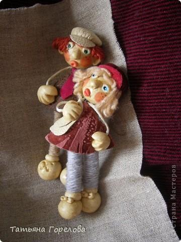 Куклы -пальчики из соленого теста я увидела в книге Галины Чаяновой в 1206 году. Моя фантазия разыгралась.Стала создавать образы, стараясь делать их похожими на конкретных людей. Из 350-400 изготовленных мною кукол ни одна не была похожа на другую. Хотя признаю, что они все болванчики. Познакомьтесь - это мальчики, юноши, молодые дяди. фото 5