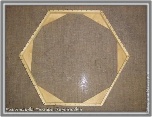 Салфетка выполняется из шерстяной пряжи. Пряжа натягивается на шестигранном станке в определенной последовательности в два слоя. фото 5
