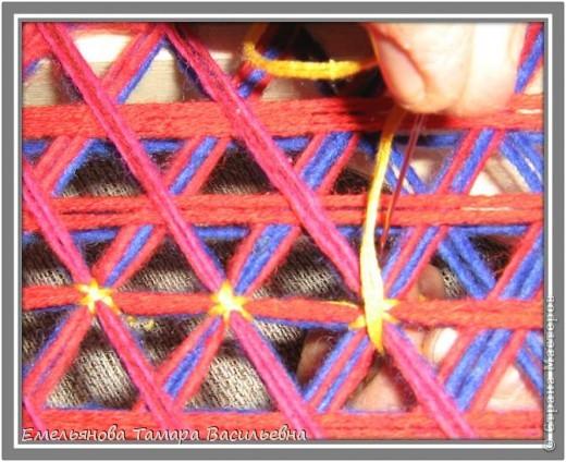 Салфетка выполняется из шерстяной пряжи. Пряжа натягивается на шестигранном станке в определенной последовательности в два слоя. фото 13