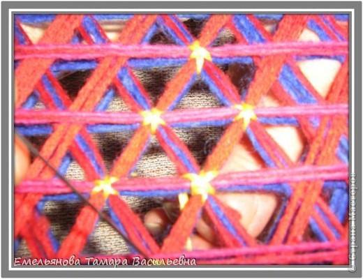 Салфетка выполняется из шерстяной пряжи. Пряжа натягивается на шестигранном станке в определенной последовательности в два слоя. фото 14