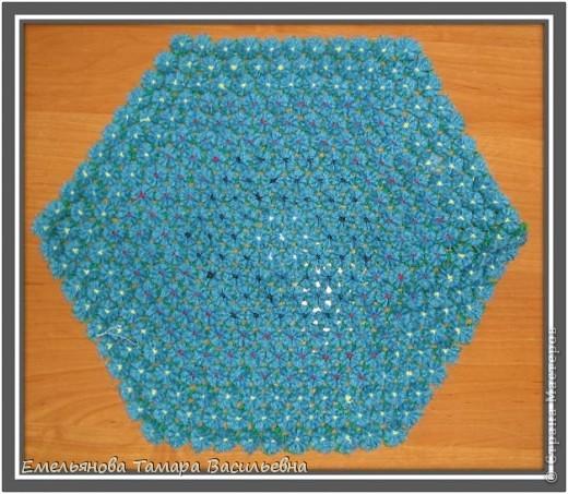 Салфетка выполняется из шерстяной пряжи. Пряжа натягивается на шестигранном станке в определенной последовательности в два слоя. фото 3