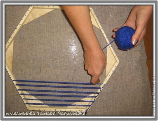 Салфетка выполняется из шерстяной пряжи. Пряжа натягивается на шестигранном станке в определенной последовательности в два слоя. фото 6