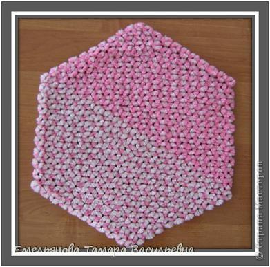 Салфетка выполняется из шерстяной пряжи. Пряжа натягивается на шестигранном станке в определенной последовательности в два слоя. фото 20