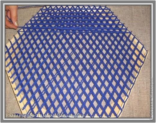 Салфетка выполняется из шерстяной пряжи. Пряжа натягивается на шестигранном станке в определенной последовательности в два слоя. фото 7