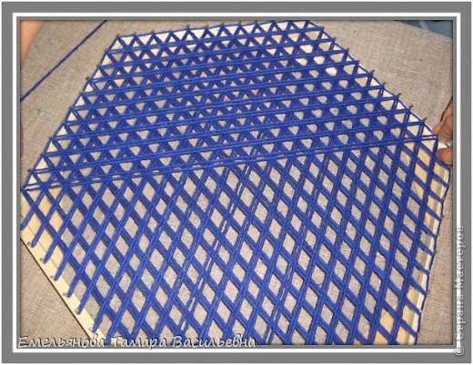 Салфетка выполняется из шерстяной пряжи. Пряжа натягивается на шестигранном станке в определенной последовательности в два слоя. фото 8
