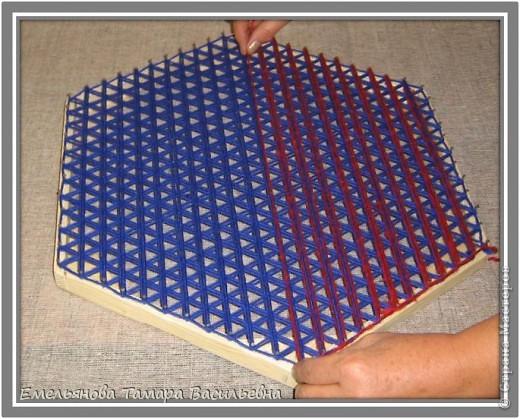 Салфетка выполняется из шерстяной пряжи. Пряжа натягивается на шестигранном станке в определенной последовательности в два слоя. фото 9