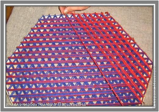 Салфетка выполняется из шерстяной пряжи. Пряжа натягивается на шестигранном станке в определенной последовательности в два слоя. фото 10