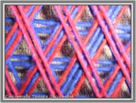 Салфетка выполняется из шерстяной пряжи. Пряжа натягивается на шестигранном станке в определенной последовательности в два слоя. фото 11